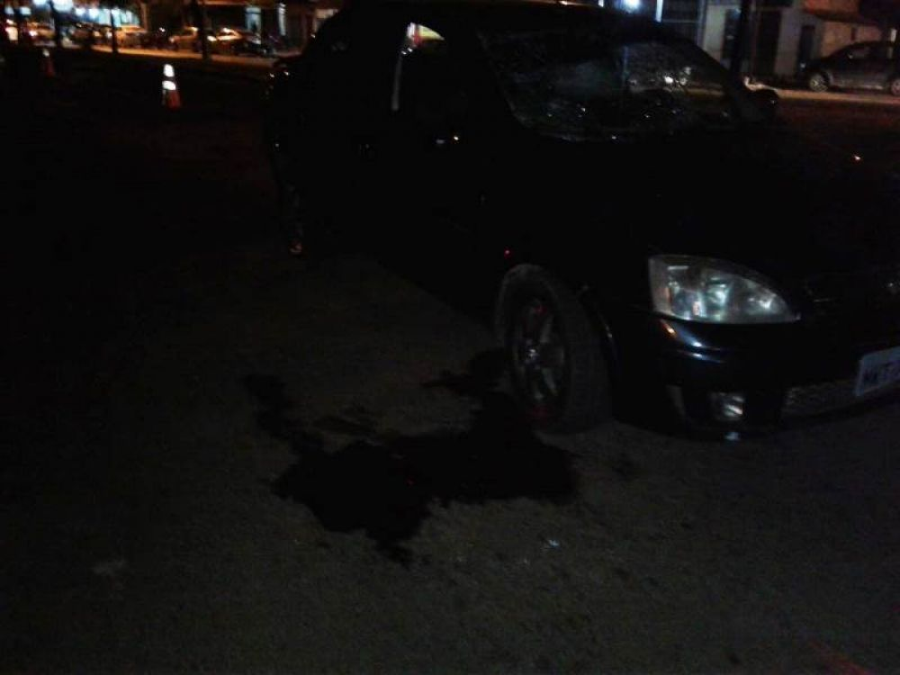 Uma possa de sangue do homem ficou ao lado do veículo envolvido no atropelamento – Foto: Alessandro Ferreira/Agência Tocantins