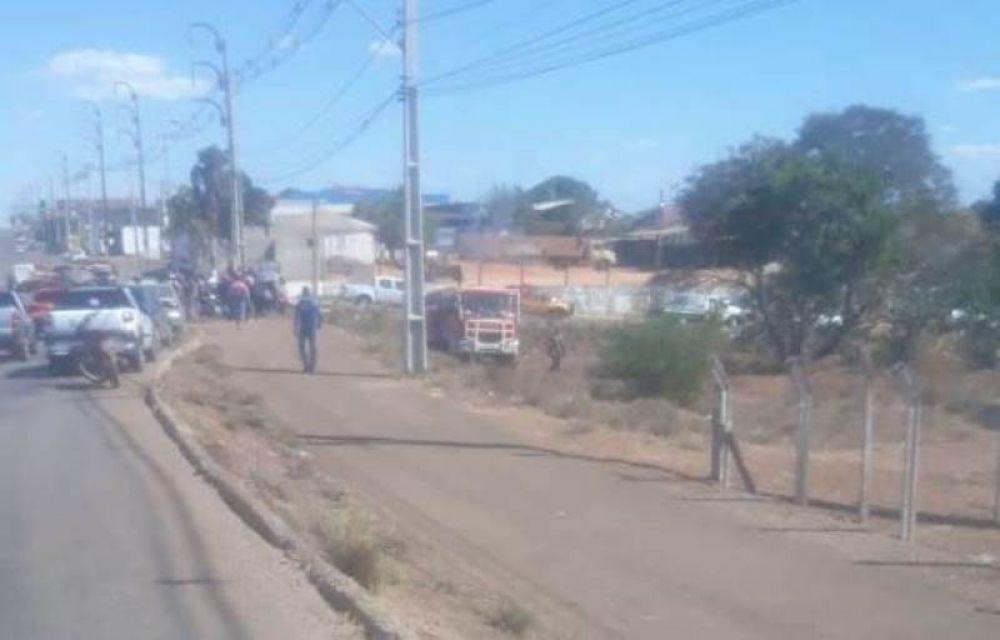 Dezenas de pessoas se aglomeraram próximo ao local onde o corpo foi encontrado – Foto: Reprodução/Agência Tocantins