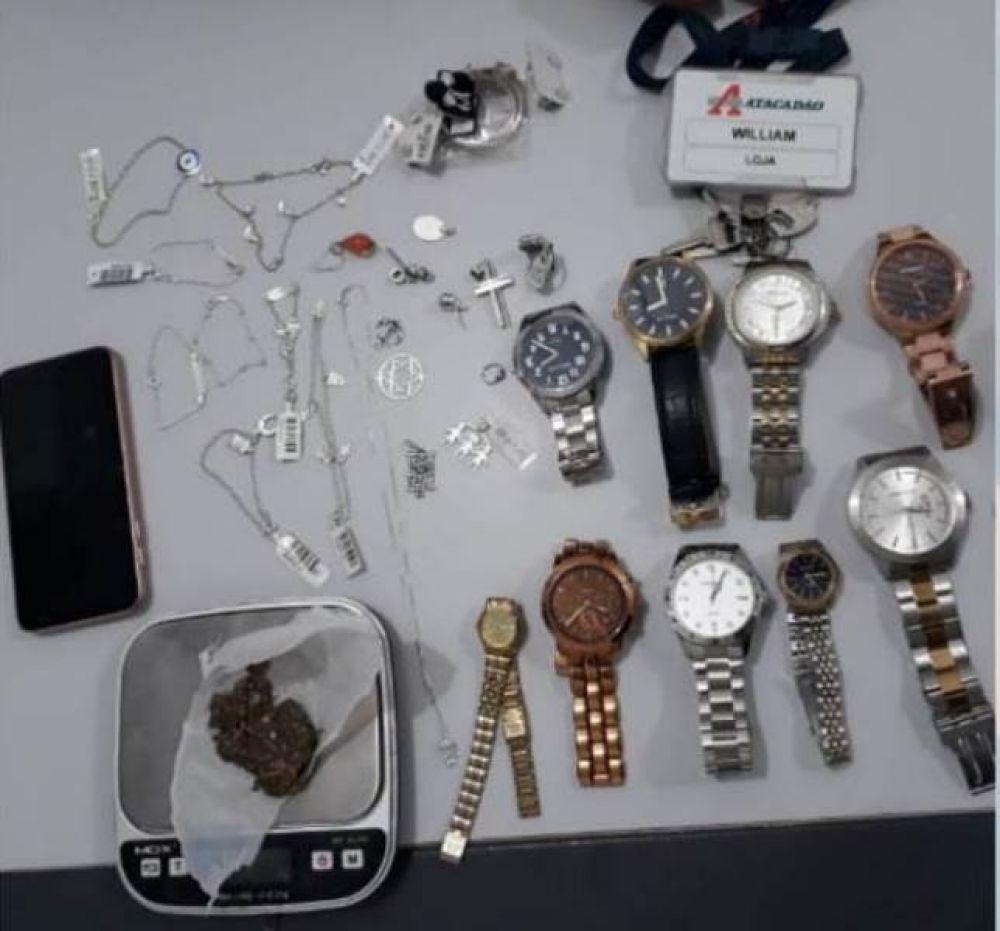Objetos de origem duvidosa e porção de maconha apreendidos com o suspeito preso — Foto: Polícia Militar/Divulgação