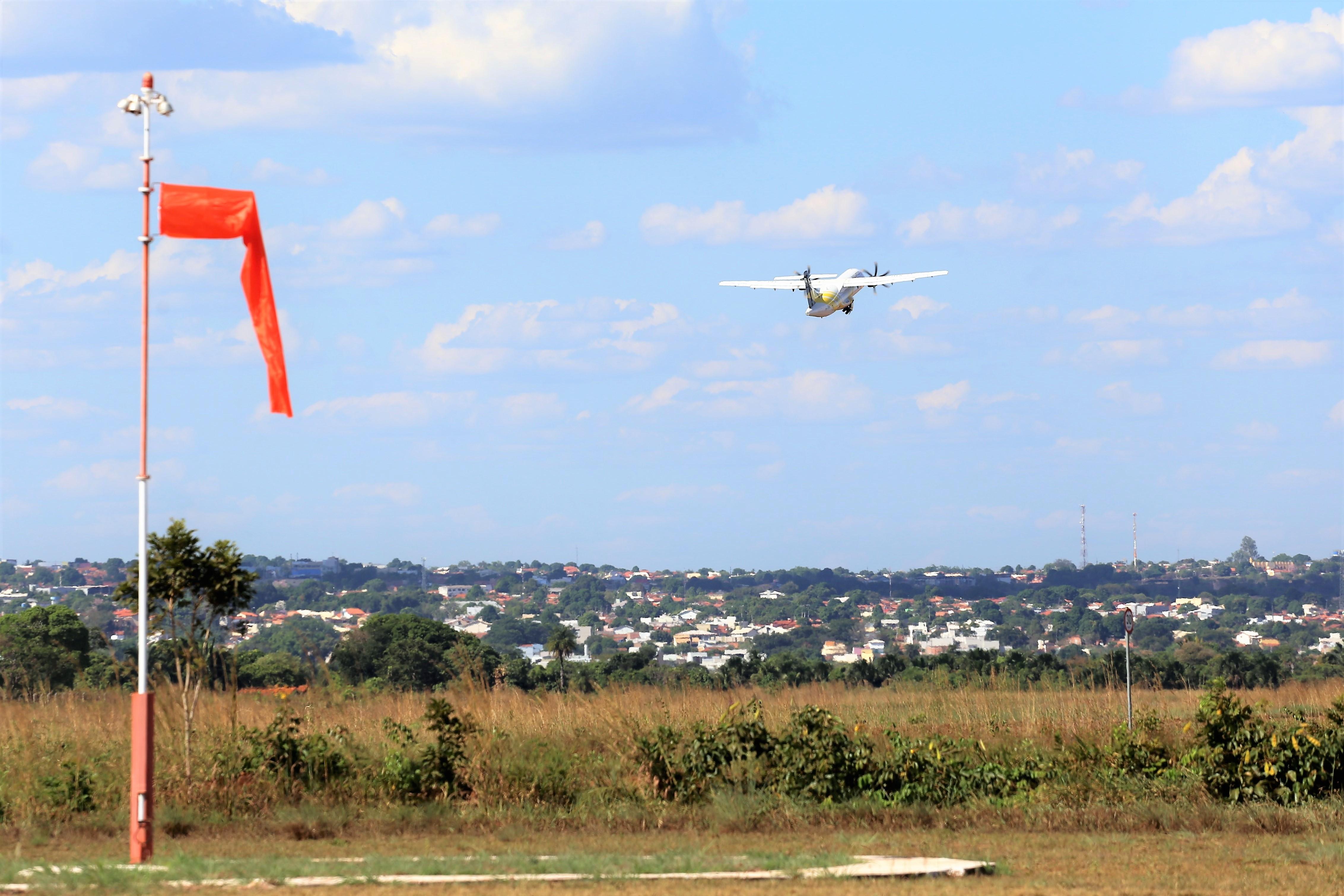 Atualmente, a orientação para pouso é realizada por comunicação de voz entre o piloto e funcionários do aeroporto, que analisam visualmente as condições – Fotos: Marcos Sandes/Ascom