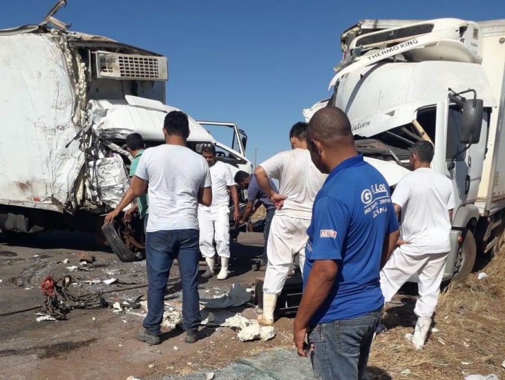 Caminhões bateram de frente na To-080 — Foto: Reprodução/Agência Tocantins