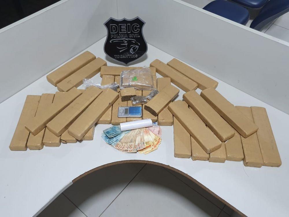Quase 30 tabletes de maconha foram apreendidos com o grupo — Foto: Divulgação/Polícia Civil