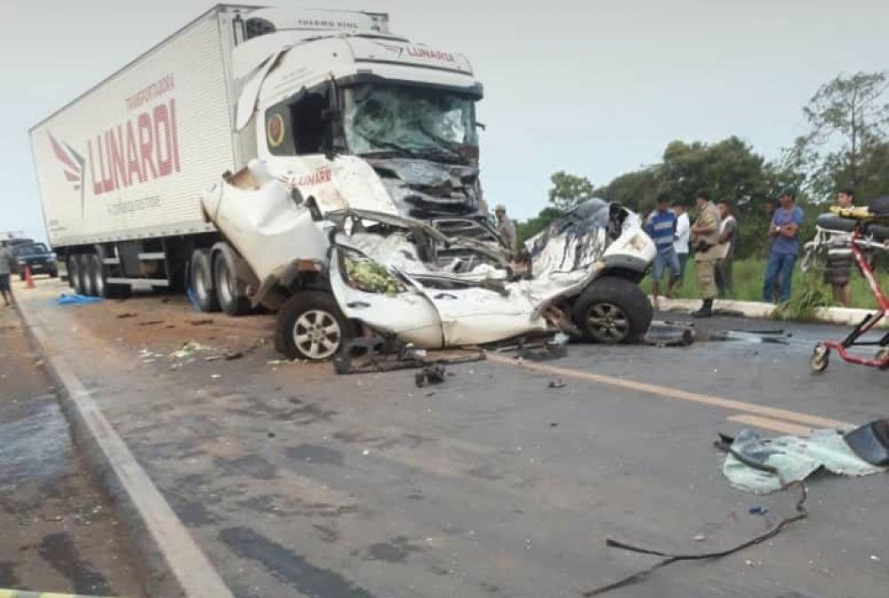 O corpo da condutora da caminhonete ficou preso às ferragens - Foto: Reprodução/Agência Tocantins
