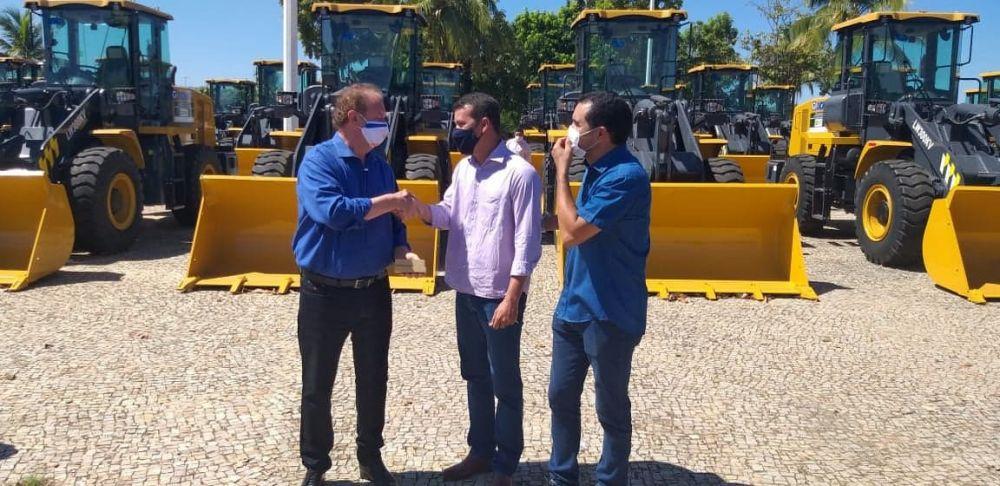 Isaías é congratulado por Carlesse Barbosa ao ser agraciado com o novo maquinário - Foto: Prefeitura de Marianópolis