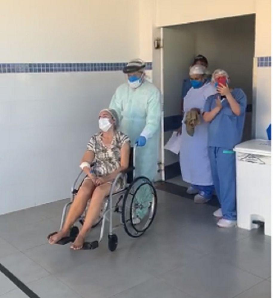 Momento em que idosa saiu do Hospital Regional de Gurupi — Foto: Reprodução