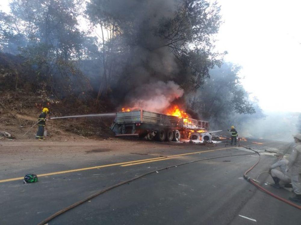 Bombeiros combateram chamas em carreta que atingiu ciclistas — Foto: Bombeiros/Divulgação