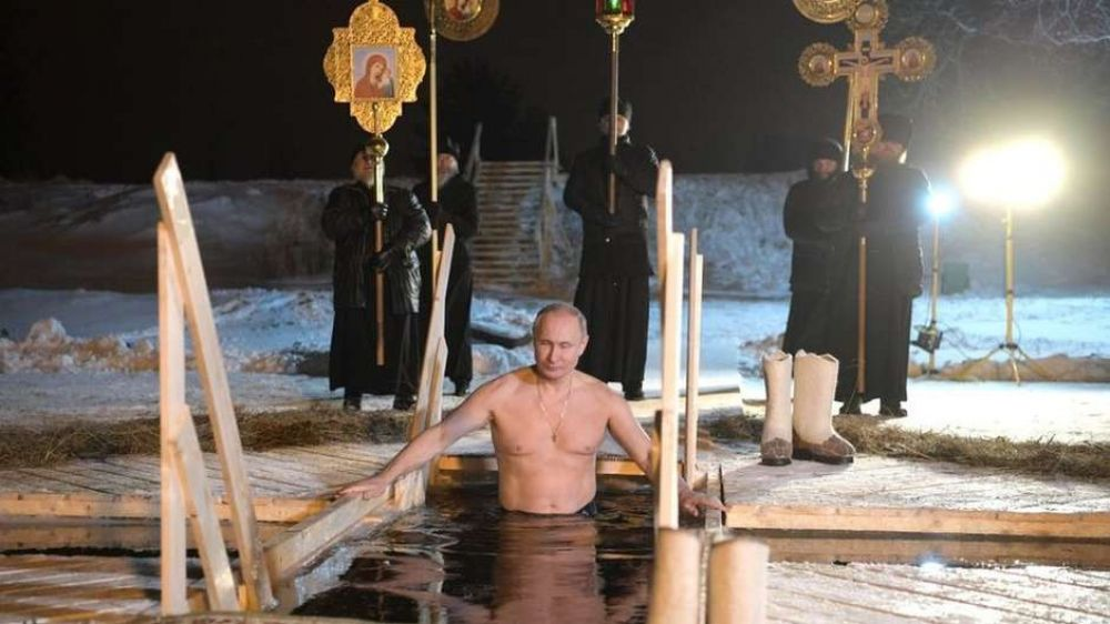Putin retomou a tradição czarista de tomar banho em um lago gelado no 'dia da epifania' - Foto: Getty Images / BBC News Brasil