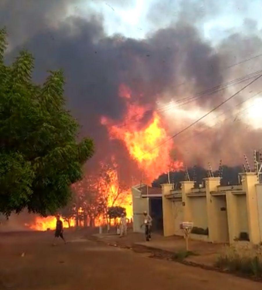 Fogo ameaçou casas em bairro de Gurupi — Foto: Reprodução/Agência Tocantins