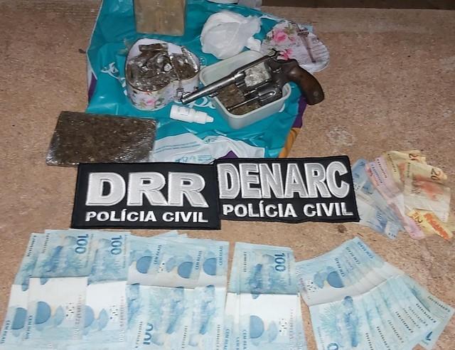 Dinheiro, arma e drogas encontradas pela polícia — Foto: Polícia Civil/Divulgação