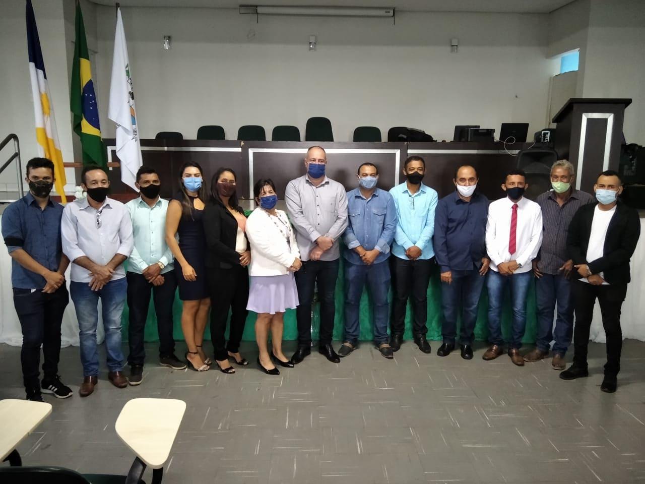 Eleitos posa para foto oficial após ser declarado diplomados pela juíza Renata do Nascimento - Foto: Divulgação