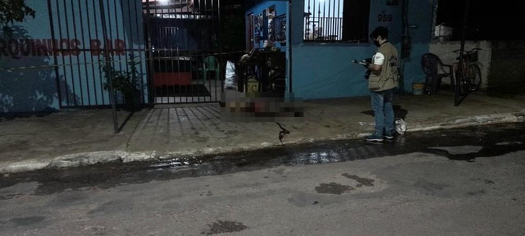 Homem foi morto na porta de bar — Foto: Lucas Gomes/Divulgação