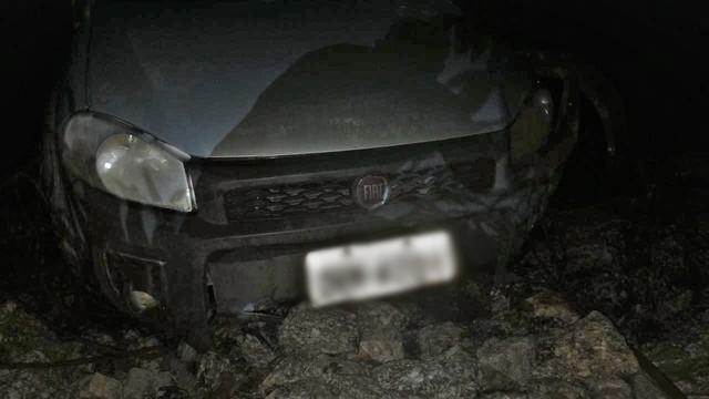 Veículo ficou submerso na água após acidente — Foto: Divulgação/Corpo de Bombeiros