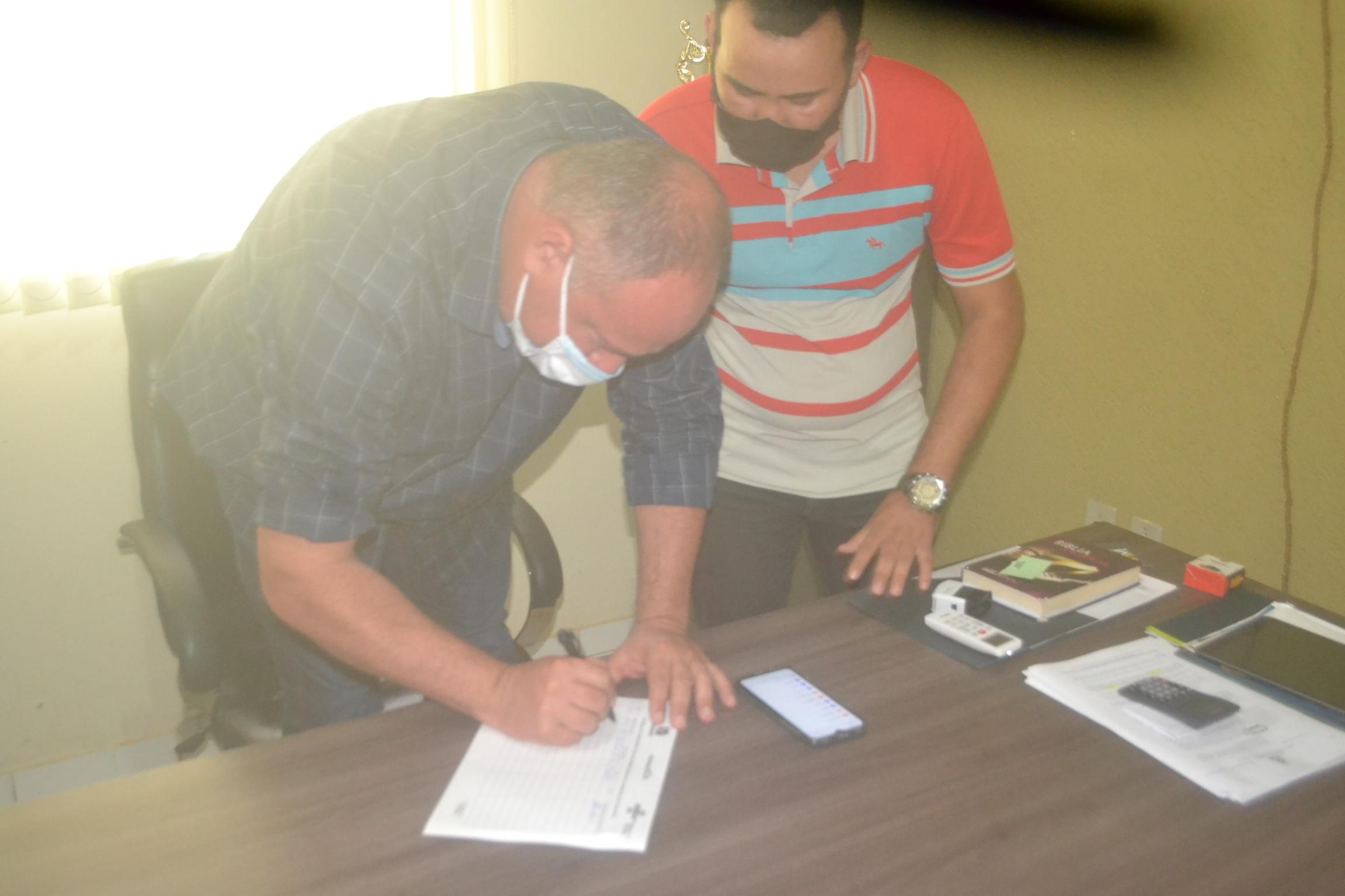 Flavão assina documento de autoria de Baracho sobre a demanda apresentada - Foto: Edsom Gilmar