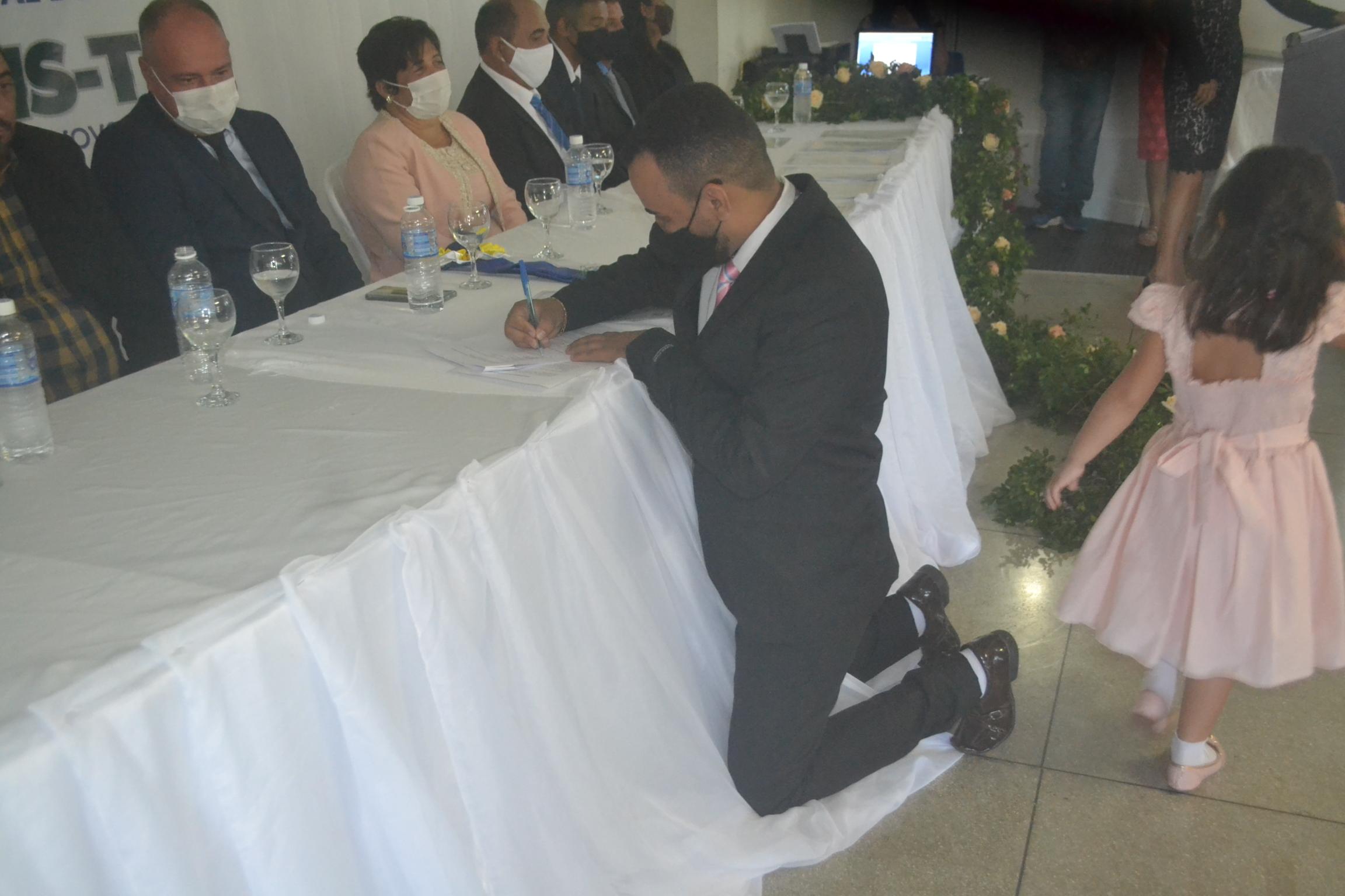Em reverência ao juramento a Constituição Federal Baracho assinou o Termo de Posse de joelho no dia 1º de janeiro, sendo observado pelo prefeito Flavão - Foto: Edsom Gilmar/Arquivo