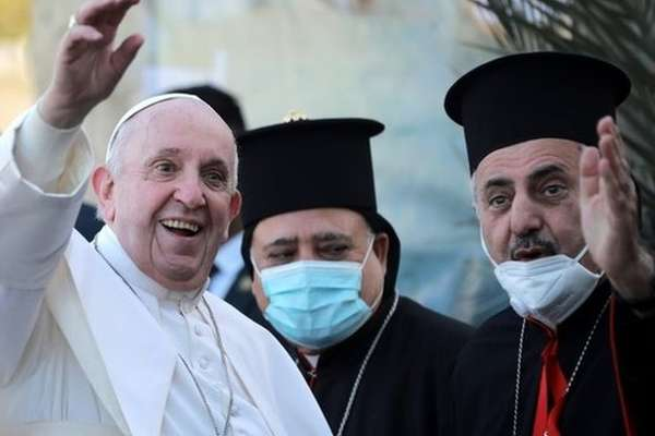 Francisco visitou uma igreja cristã na última sexta-feira (05/03) no Iraque - Foto: EPA / BBC News Brasil