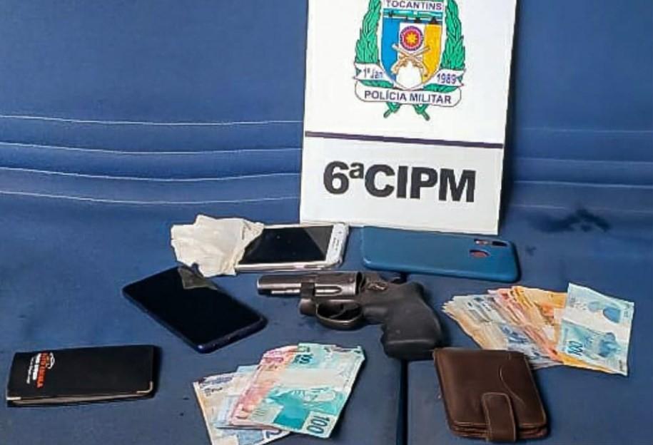 Objetos roubados no supermercado foram encontrados no local do confronto — Foto: Divulgação/Polícia Militar