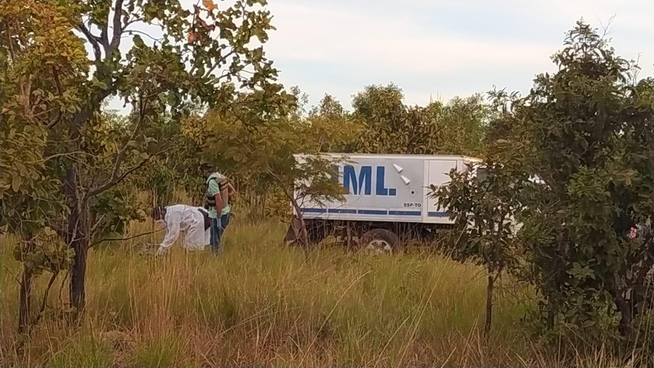 Os corpos foram encontrados em uma área de mata distante cerca de 300 metros da BR-010, saída para Porto Nacional – Foto: Alessandro Ferreira / Agência Tocantins