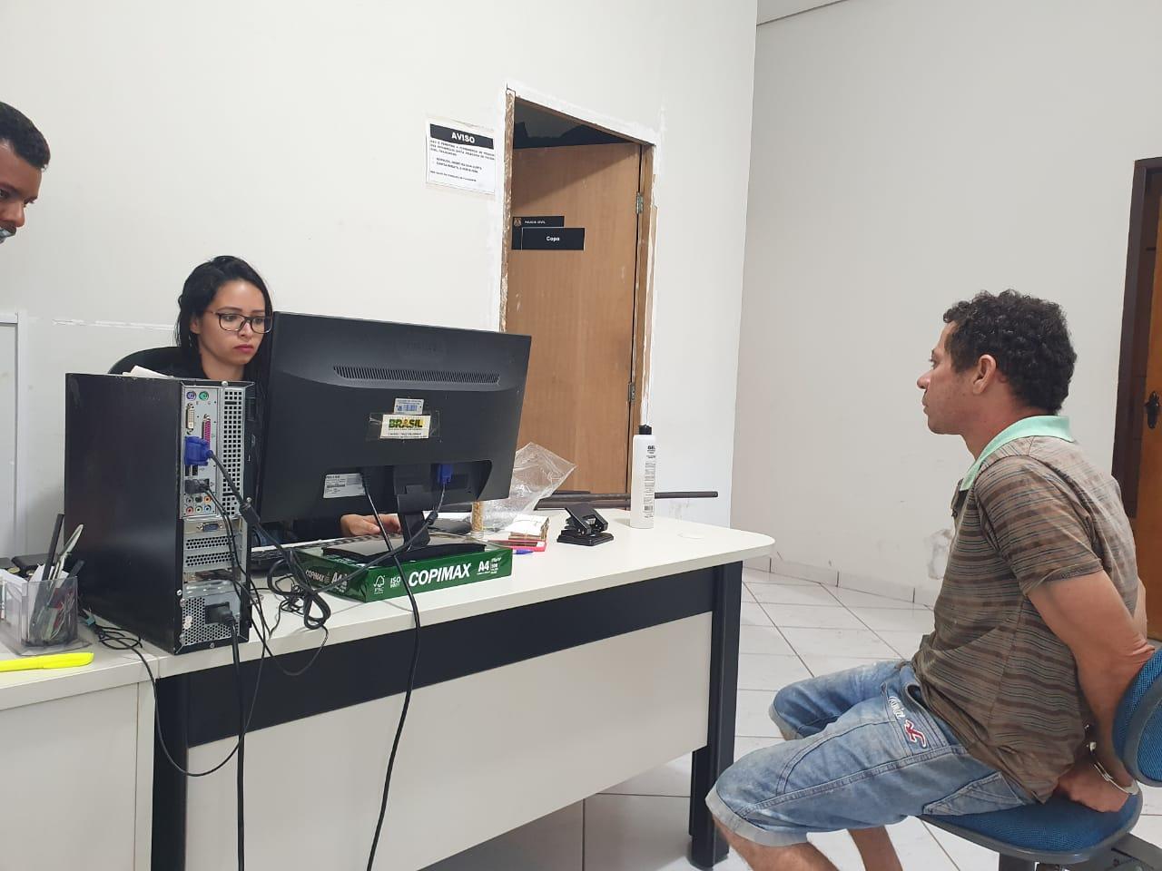 Suspeito é apresentado na delegacia de Polícia Civil de Xambioá - TO - Foto: Polícia Civil/Divulgação