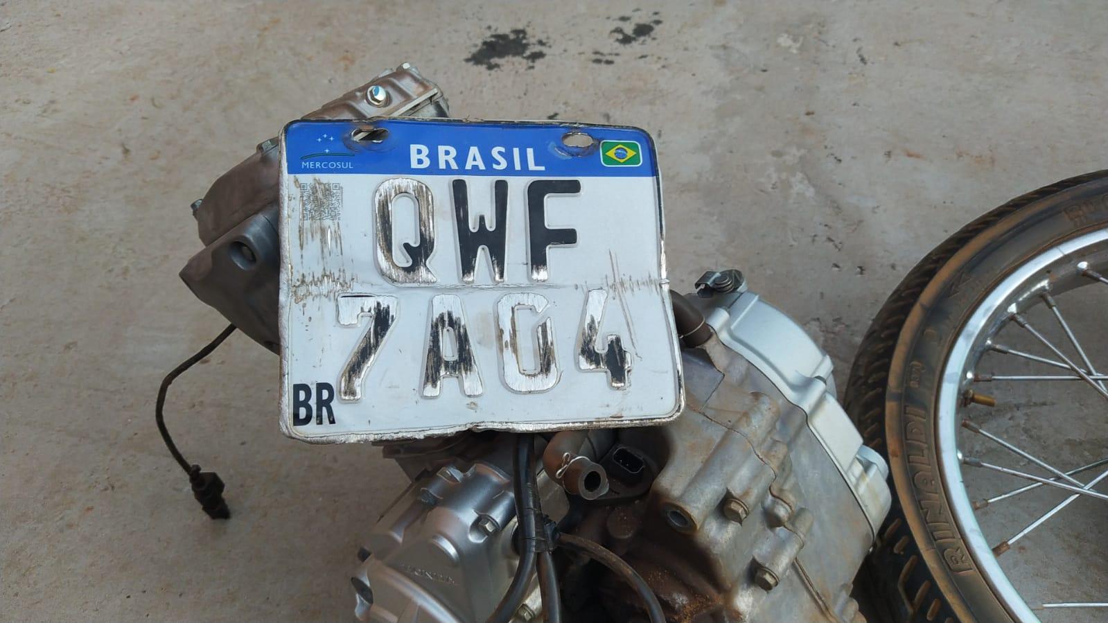 Placa e motor da motocicleta da havia sido roubada e desmontada para retirar as peças – Foto: Alessandro Ferreira / Agência Tocantins