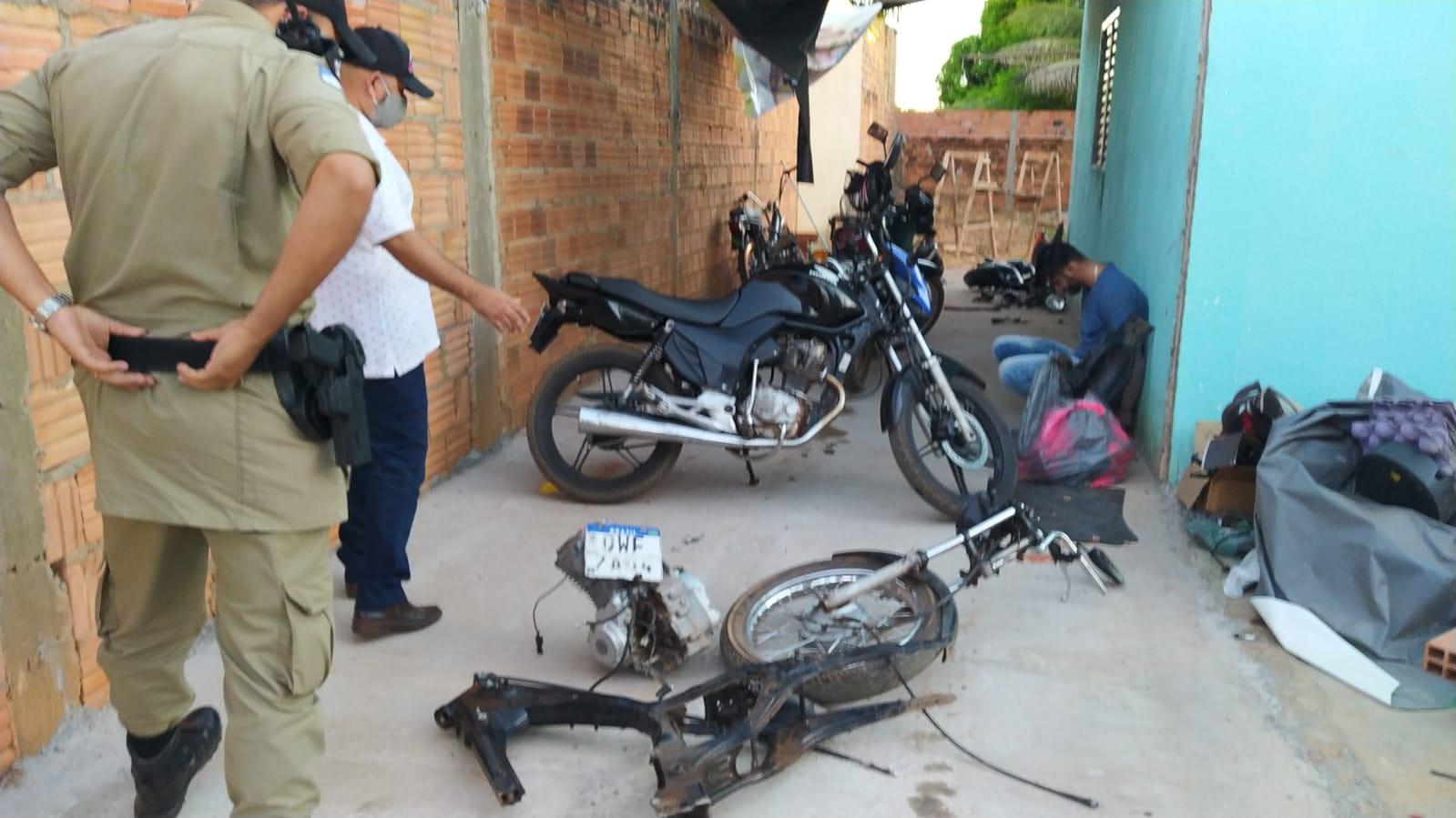Chassis e outras partes da motocicleta que havia sido roubada em Palmas e desmontada para retirar as peças – Foto: Alessandro Ferreira / Agência Tocantins