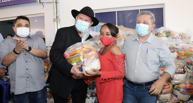 Ainda no Centro de Referência de Assistência Social de Sítio Novo, o Governador fez a entrega simbólica de 200 kits de alimentos a famílias em situação de vulnerabilidade – Foto: Esequias Araújo/Governo do Tocantins