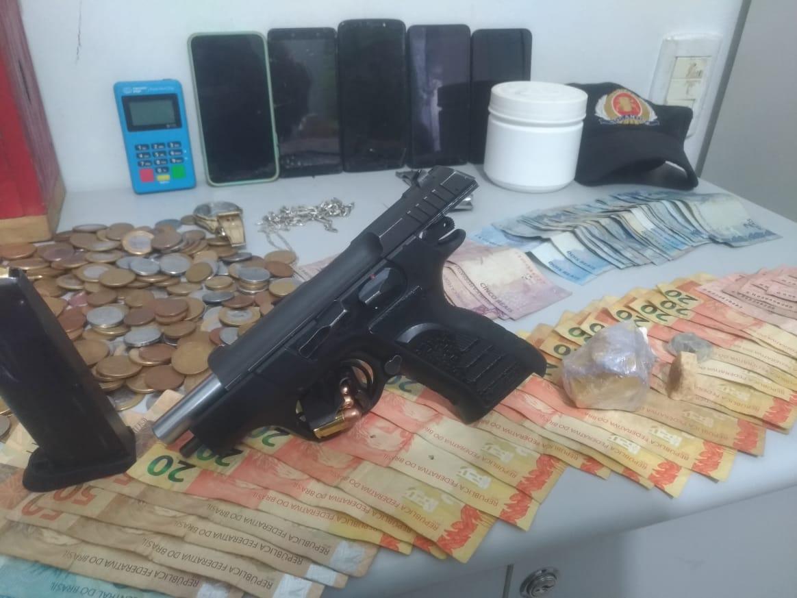 Pistola calibre .380, drogas e dinheiro apreendido pela Polícia Militar em Guaraí – Foto: Divulgação/PMTO