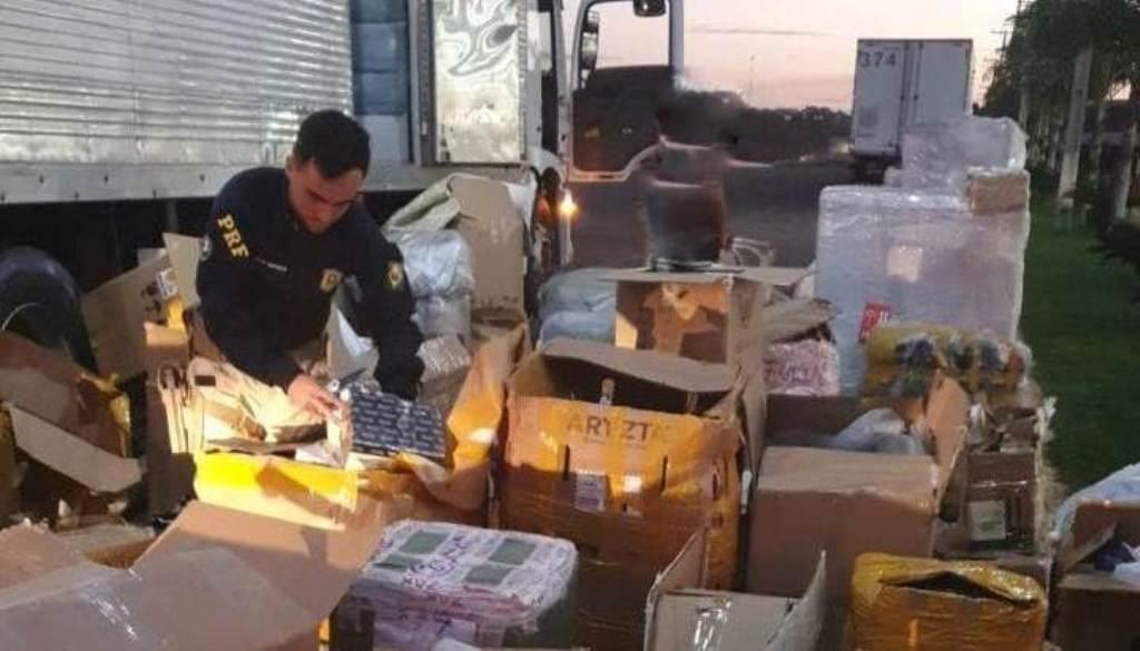 Produtos que estavam sendo transportados sem nota fiscal – Foto: Divulgação / PRF