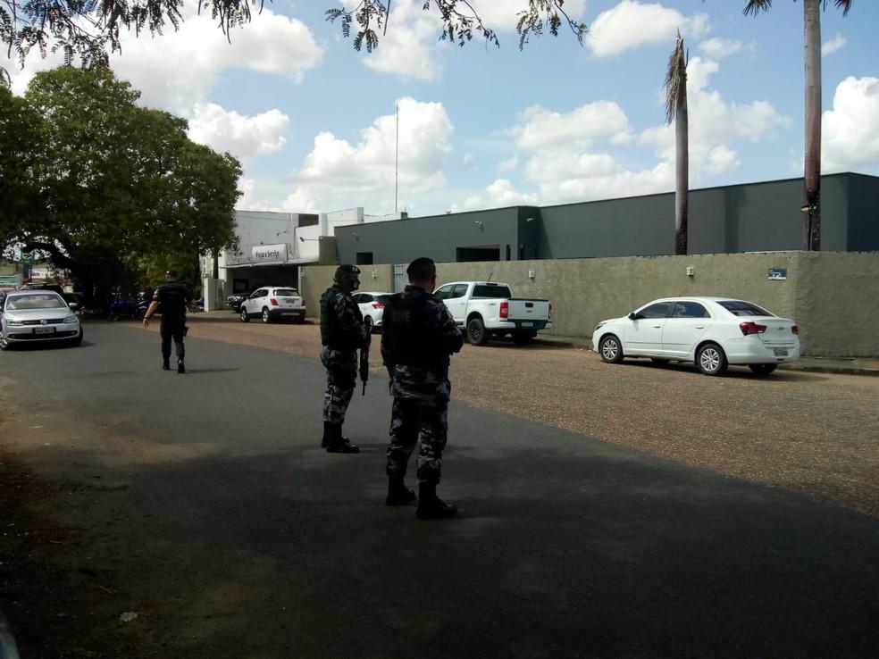 Policiais cercaram ruas no entorno do escritório do deputado, em Boa Vista — Foto: Marcelo Marques/Rede Amazônica
