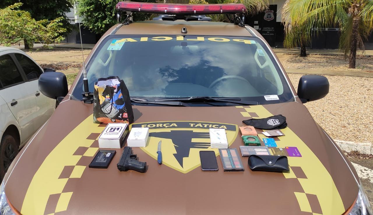 Simulacro de arma de fogo e objetos tomados da vítima durante o assalto em Palmas – Foto: Alessandro Ferreira / Agência Tocantins