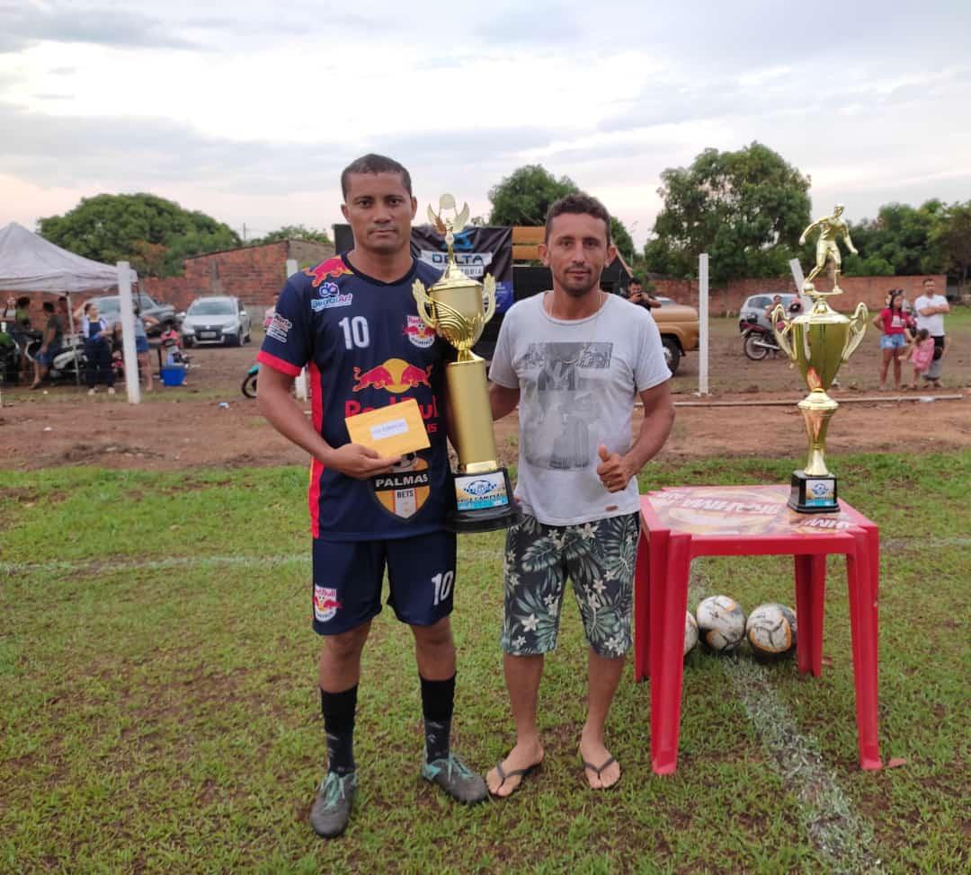 Atacante Fabiano do Reed Bull com premiação ao lado do vereador André Bandeira - Foto: Ascom/Divulgação