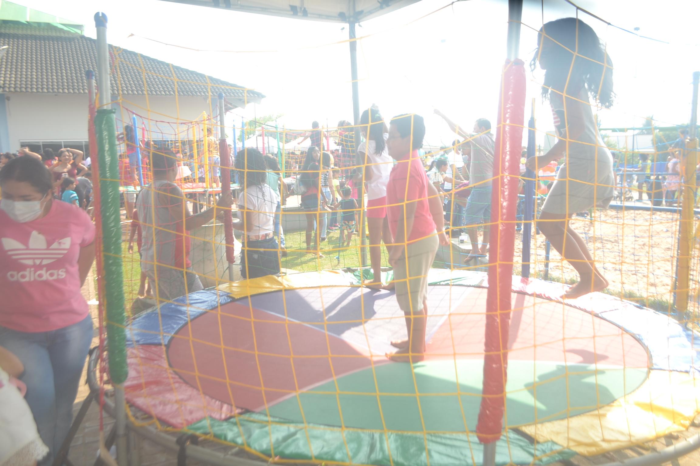 Crianças são vistas brincando no pula-pula - Foto: Edsom Gilmar