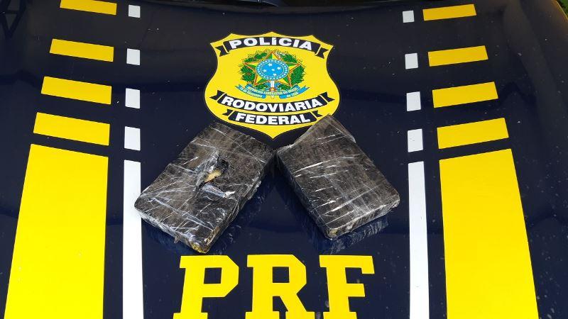 PRF apreende 2 kg de pasta base de cocaína escondidos em veículo; Motorista conseguiu fugir