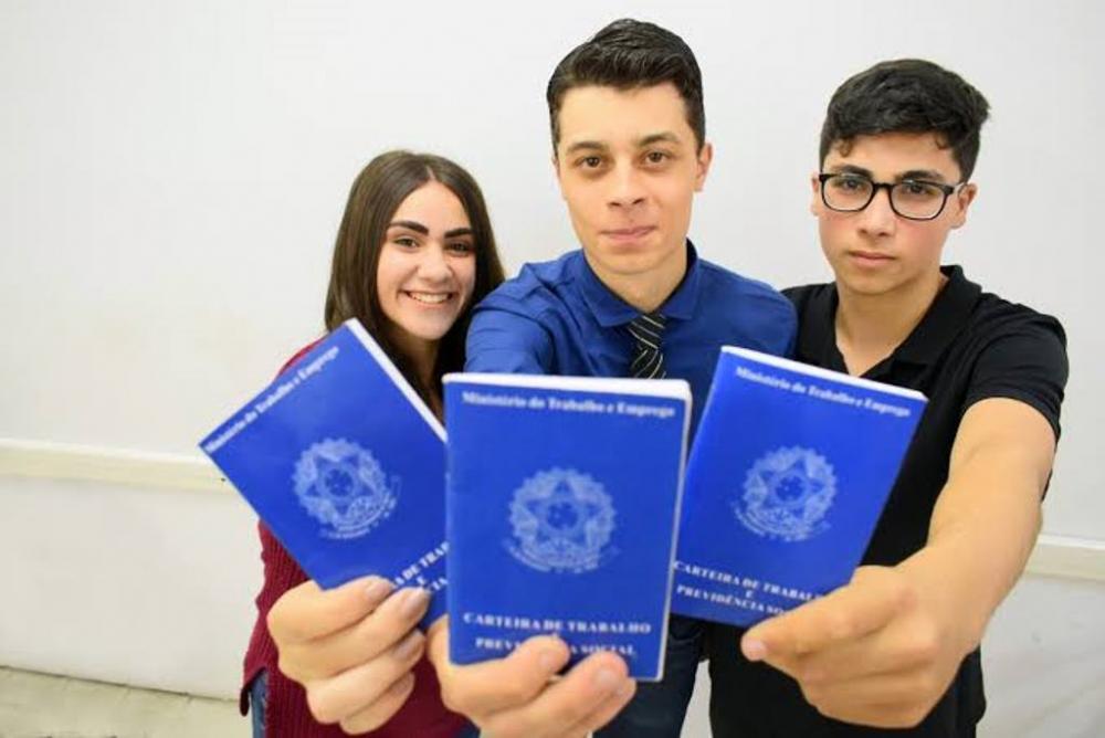 Prefeito Júlio Oliveira sanciona lei que insere jovens e adolescentes no mercado de trabalho